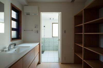 脱衣室 (パントリーを備えたキッチンのある家:『杉田のリノベーションA』)
