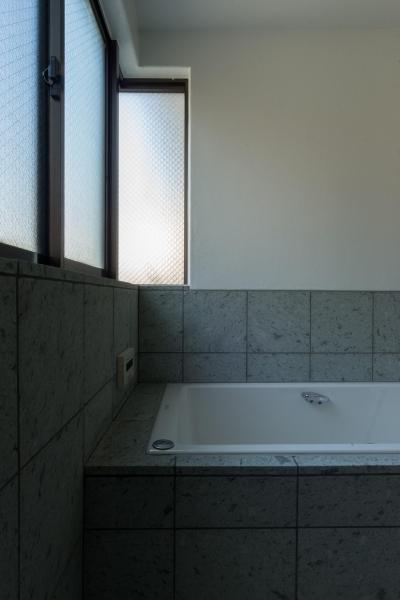 浴室 (パントリーを備えたキッチンのある家:『杉田のリノベーションA』)
