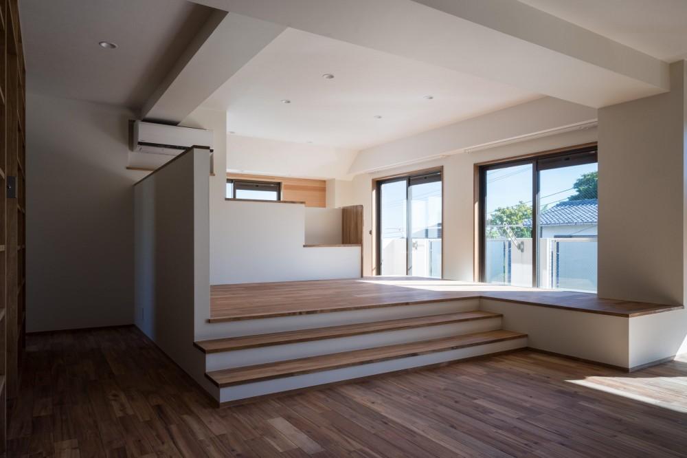 椅子にもなる小上がりのある家:『杉田のリノベーションB』 (リビング)