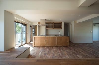 キッチン (椅子にもなる小上がりのある家:『杉田のリノベーションB』)