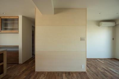 リビング (椅子にもなる小上がりのある家:『杉田のリノベーションB』)