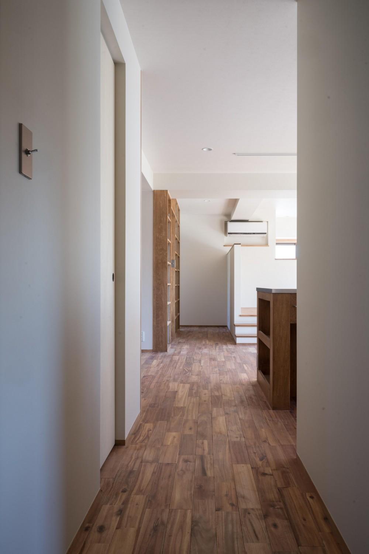 椅子にもなる小上がりのある家:『杉田のリノベーションB』 (廊下)