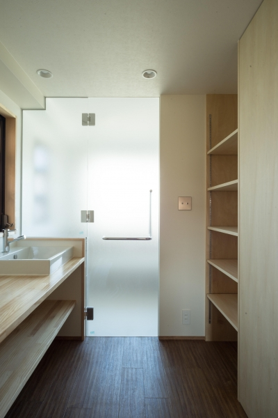 脱衣室 (椅子にもなる小上がりのある家:『杉田のリノベーションB』)