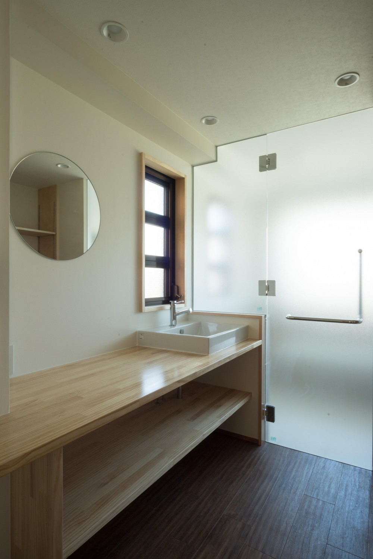 椅子にもなる小上がりのある家:『杉田のリノベーションB』 (脱衣室)