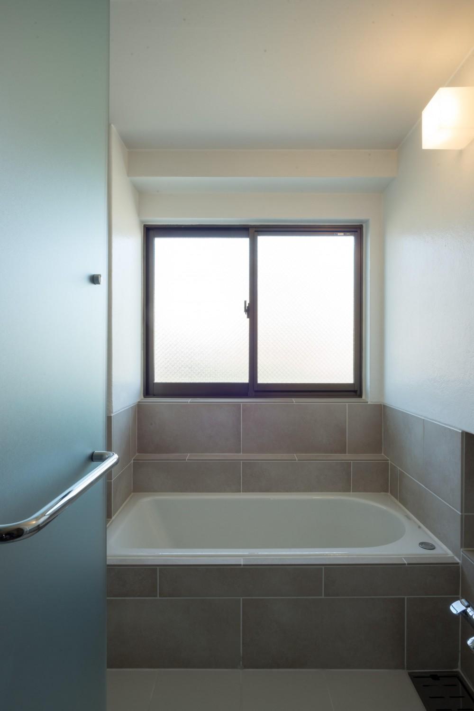 椅子にもなる小上がりのある家:『杉田のリノベーションB』 (浴室)