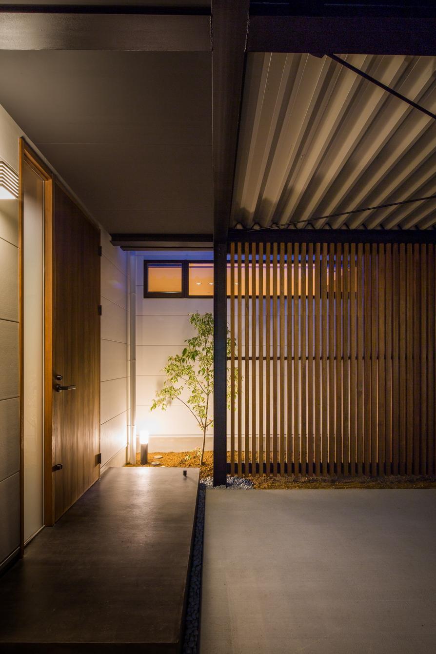 TAKINAI HOUSE-Eの写真 木格子のある玄関前スペース
