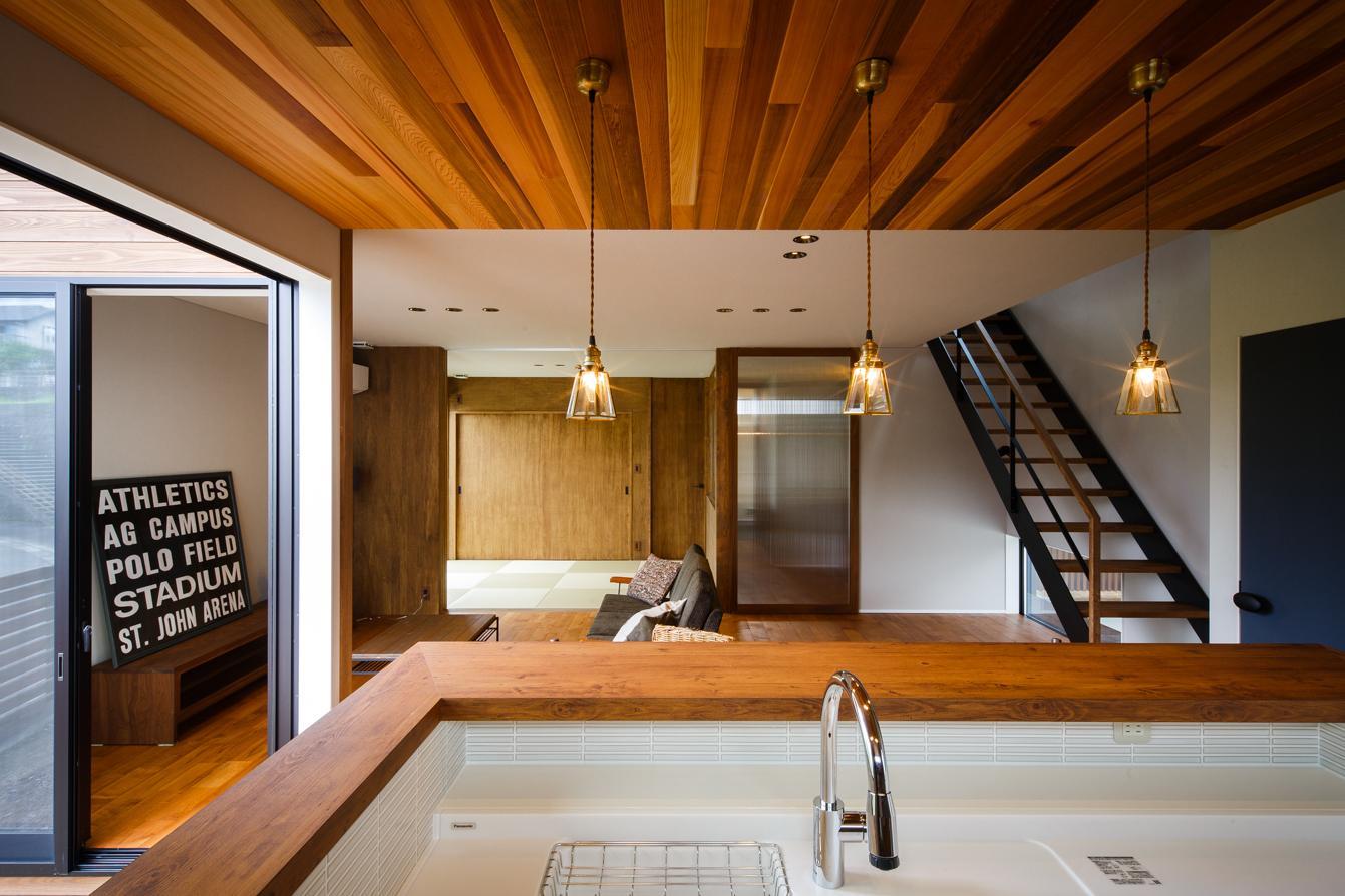 TAKINAI HOUSE-Eの写真 キッチンからリビングダイニングを眺める
