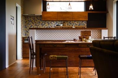 TAKINAI HOUSE-E (柄タイルが目を引くキッチン)