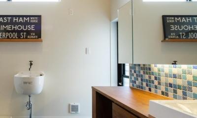 ブラックボードのある洗面室|TAKINAI HOUSE-E