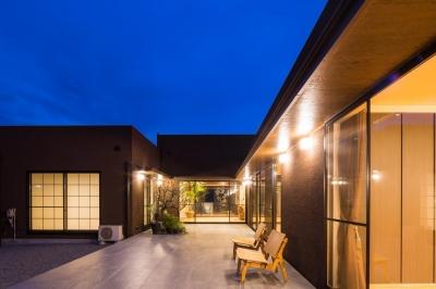 リビングと一体感のあるテラス (上富田町平屋の家 H邸)