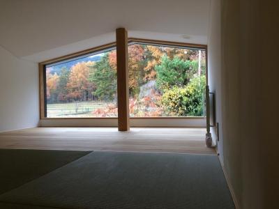 二階 寝室より安曇野の紅葉を愛でる (森のアトリエ)
