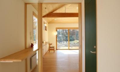 森のアトリエ (玄関ホールより南側リビングルームをみる)