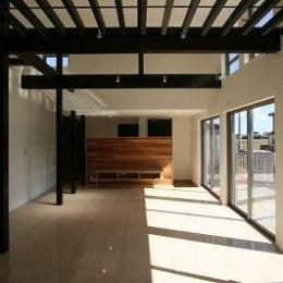 勾配天井と格子の見えるLDK (赤坂町の平屋~平屋を活かした高天井のある住まい)