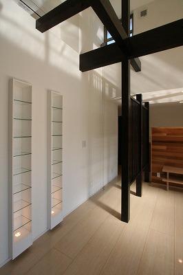 赤坂町の平屋~平屋を活かした高天井のある住まいの部屋 棚のあるリビング