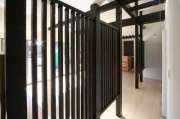赤坂町の平屋~平屋を活かした高天井のある住まい (リビングにある黒格子)