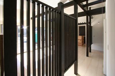 赤坂町の平屋~平屋を活かした高天井のある住まいの部屋 リビングにある黒格子
