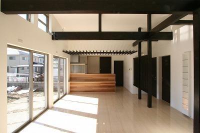 赤坂町の平屋~平屋を活かした高天井のある住まい (勾配天井と格子の見えるLDK)