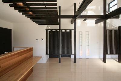 赤坂町の平屋~平屋を活かした高天井のある住まい (勾配天井と格子の見えるダイニング・キッチン)