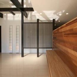 赤坂町の平屋~平屋を活かした高天井のある住まい (TV台を兼ねたレッドシダーの壁)