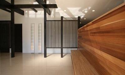 TV台を兼ねたレッドシダーの壁|赤坂町の平屋~平屋を活かした高天井のある住まい