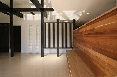 赤坂町の平屋~平屋を活かした高天井のある住まいの部屋 TV台を兼ねたレッドシダーの壁