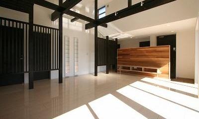 勾配天井と格子の見えるLDK|赤坂町の平屋~平屋を活かした高天井のある住まい
