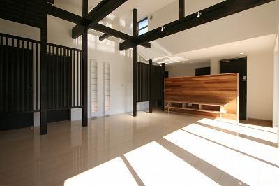 赤坂町の平屋~平屋を活かした高天井のある住まいの部屋 勾配天井と格子の見えるLDK