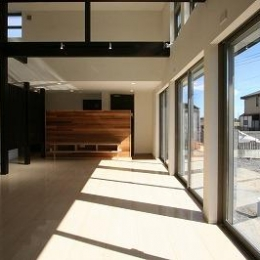勾配天井と格子の見えるリビング (赤坂町の平屋~平屋を活かした高天井のある住まい)
