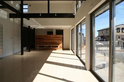 赤坂町の平屋~平屋を活かした高天井のある住まい (勾配天井と格子の見えるリビング)