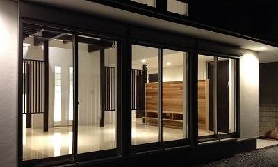 赤坂町の平屋~平屋を活かした高天井のある住まい (明かりの灯ったリビングを望む)