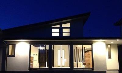 外観 夜景|赤坂町の平屋~平屋を活かした高天井のある住まい
