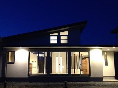 赤坂町の平屋~平屋を活かした高天井のある住まいの部屋 外観 夜景