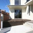 あきる野の小さな家~狭小地に佇む住宅の豊かな内部空間の写真 テラス・玄関アプローチ