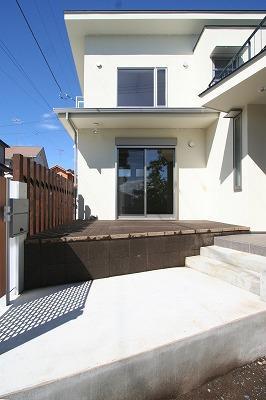 あきる野の小さな家~狭小地に佇む住宅の豊かな内部空間の部屋 テラス・玄関アプローチ