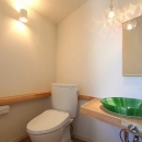 あきる野の小さな家~狭小地に佇む住宅の豊かな内部空間の写真 トイレ