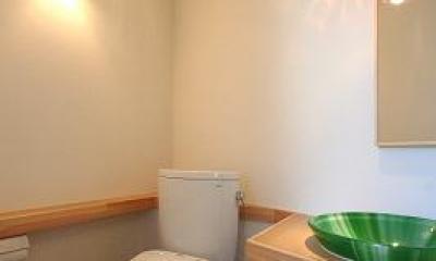 あきる野の小さな家~狭小地に佇む住宅の豊かな内部空間 (トイレ)
