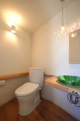 あきる野の小さな家~狭小地に佇む住宅の豊かな内部空間の部屋 トイレ