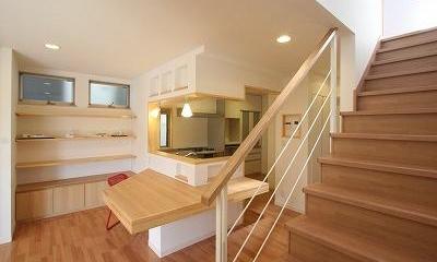 あきる野の小さな家~狭小地に佇む住宅の豊かな内部空間 (大きなカウンターのあるダイニング・キッチン)