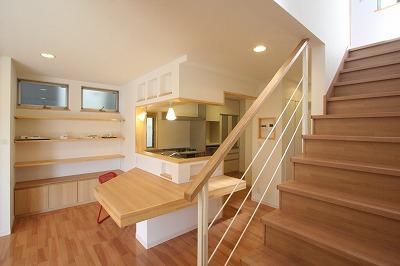 あきる野の小さな家~狭小地に佇む住宅の豊かな内部空間の部屋 大きなカウンターのあるダイニング・キッチン
