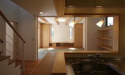 あきる野の小さな家~狭小地に佇む住宅の豊かな内部空間 (キッチンからの眺め)