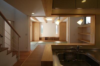 キッチンからの眺め (あきる野の小さな家~狭小地に佇む住宅の豊かな内部空間)