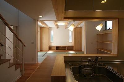 あきる野の小さな家~狭小地に佇む住宅の豊かな内部空間の部屋 キッチンからの眺め