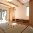 あきる野の小さな家~狭小地に佇む住宅の豊かな内部空間の写真 畳を敷き詰めたリビング 3