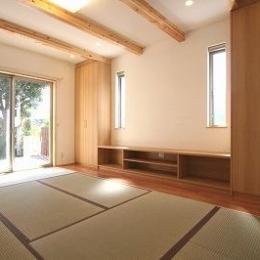 あきる野の小さな家~狭小地に佇む住宅の豊かな内部空間 (畳を敷き詰めたリビング 3)