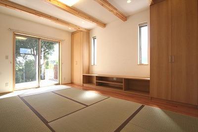 あきる野の小さな家~狭小地に佇む住宅の豊かな内部空間の部屋 畳を敷き詰めたリビング 3