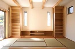 あきる野の小さな家~狭小地に佇む住宅の豊かな内部空間 (畳を敷き詰めたリビング 2)