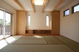あきる野の小さな家~狭小地に佇む住宅の豊かな内部空間 (畳を敷き詰めたリビング 1)