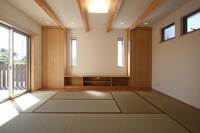 畳を敷き詰めたリビング 1 (あきる野の小さな家~狭小地に佇む住宅の豊かな内部空間)