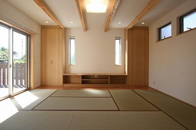 あきる野の小さな家~狭小地に佇む住宅の豊かな内部空間の部屋 畳を敷き詰めたリビング 1