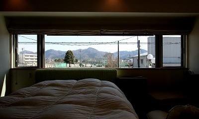 ベッドルーム|大庇の家~水平に伸びる大庇と通りに面した楽しい壁面